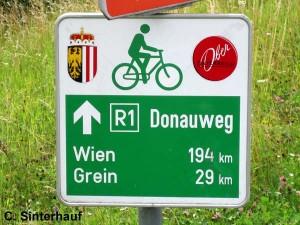 Wegweiser auf dem Donauradweg