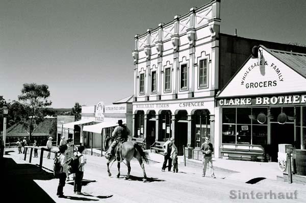 Ein echter Cowboy reitet durch die Stadt