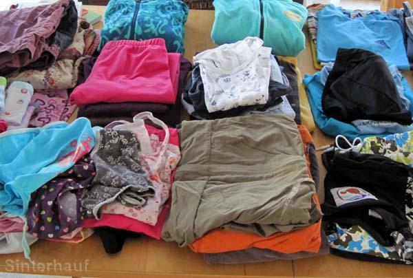 Kinderkleidung in ausreichender Menge
