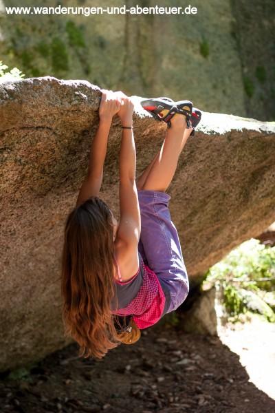 Laura beim Bouldern