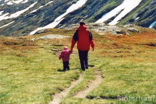 Vater und Tochter auf der Suche nach Trollen
