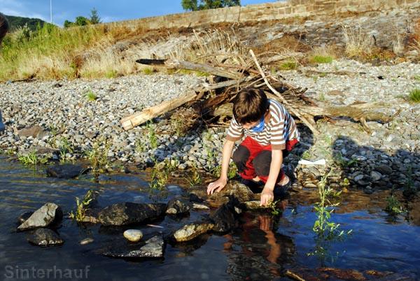 Staudamm mit Steinen