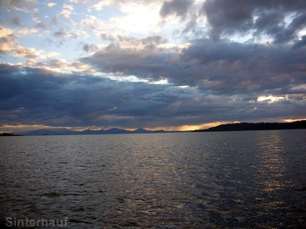 Der Abend bricht über den See Taupo herein