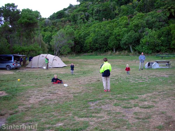 Zelten mit Kindern auf einem natürlichen Campingplatz mit viel Raum zum Spielen