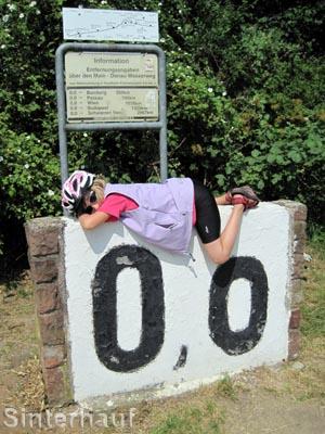Am Nullpunkt des Mainradweges angekommen, hat Fräulein null Energie mehr.