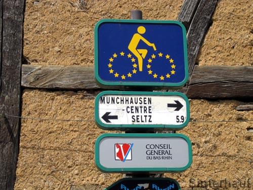 Französischer Wegweiser des Rheinradwegs