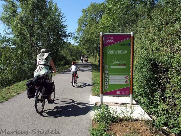 Die 2. Departementsgrenze ist erreicht. Das Schild erklärt auch die Benutzungsregeln des Radwegs. Das Geschwindigkeitslimit wird allerdings von den lokalen Sonntags-Rennradlern komplett ignoriert.