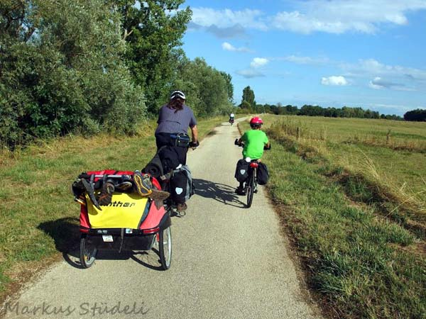 Fahrt durch die eintönig flache Flusslandschaft der Saône.