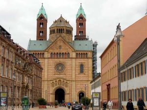 Im Dom zu Speyer hat man hoffentlich einen guten Draht nach oben.