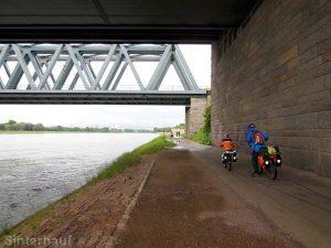 Brücken sind für uns oft der einzige schutz vor Regen