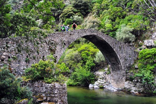Malerische Brücke am Fluss