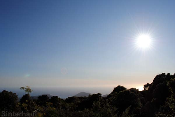 Blick von der Gite ins Tal und an die Küste