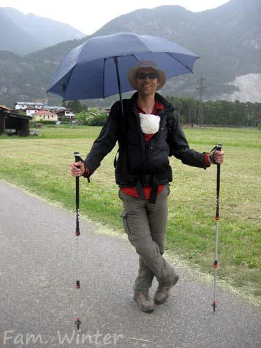 Regentag mit Regenschirm und Sonnenbrille