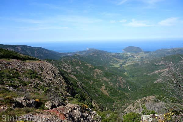 Blick ins Tal und zur Küste