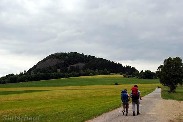 Weg zum markanten Berg Milseburg