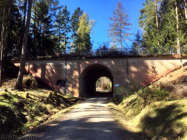 Brückenbauwerk mitten im Wald